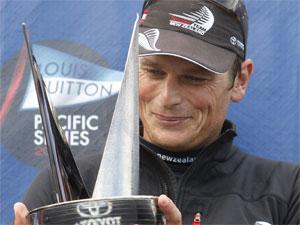 Dean Barker con la coppa della Louis Vuitton Pacific Series
